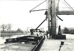 Het laden van een binnenvaartschip op de Axelse Sassing aan zijkanaal...