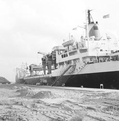 Zeeschip aan de kade in de Massagoedhaven.