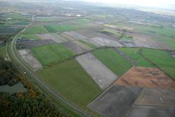 Ritthemsestraat met aangrenzende landbouwgronden. Op de achtergrond...