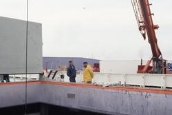 Lossen van een zeeschip in de haven van Vlissingen-Oost.