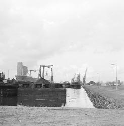 Overslag met drijvende kranen van Ovet in de Zevenaarhaven.