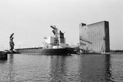 Zeeschip met drijvende kranen van Ovet in de Zevenaarhaven. Het grote...
