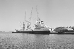 Zeeschip met een binnenvaartschip langszij aan de kade van de...