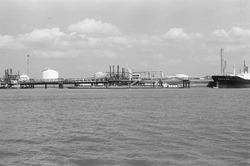 Steigers bij Dow Chemical in de Braakmanhaven.