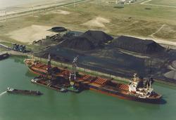 Luchtfoto van een zeeschip aan de terminal van Ovet aan de Kaloothaven...