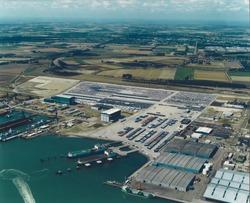 Luchtfoto steigers en terreinen Cobelfret te Vlissingen-Oost.