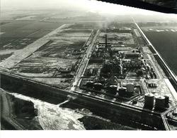 Luchtfoto van de fabriek van Dow Chemical in aanbouw.