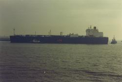 """Gastanker """"Isomeria"""" vastgelopen op Oosthavendam."""