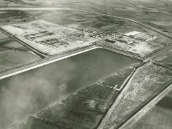 Luchtfoto van de kop van de Van Cittershaven en de bouw van de Total...