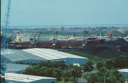 Zeeschip met drijvende kranen bij de terminal van Ovet in de...