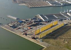Opslag onderdelen windmolens aan de Bijleveldhaven.