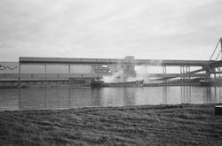 Laden van een binnenvaartschip aan de bulkterminal van Aug. de Meyer...