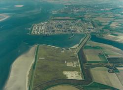 Luchtfoto Mosselbanken en Braakmanhaven met Dow Chemical.