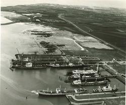 Linksboven terrein Hoechst 3 en havenmond Sloehaven. Rechtsboven de...