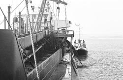 Peilboot H.T. 1 komt langszij baggerschip Lesse in de Braakmanhaven.