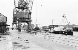 Binnenvaartschepen aan de kade van de Zuiderkanaalhaven bij Aug. de...