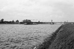 Draaibrug over het kanaal Gent-Trneuzen bij Sas van Gent.