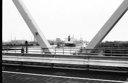 Zeeschip met sleepboten op het kanaal ter hoogte van brug Sluiskil.