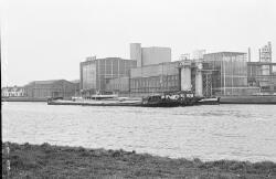 Bnnenvaartschepen in Zijkanaal E bij de Suiker Unie te Sas van Gent.
