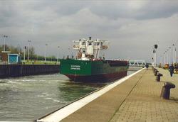 Zeeschip in de zeesluis van Terneuzen. Foto gemaakt ten behoeve van...
