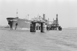 Zeeschip Golar Frost aan de steiger bij Dow Chemical in de...