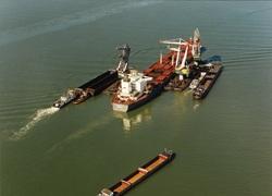 Het lossen van een schip op Rede, in de Put van Terneuzen, door...