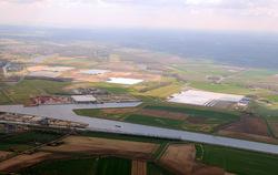 Overzicht van de Axelse Vlakte met Autrichehaven en kassencomplex.
