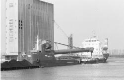 Overslag vanuit de zandzuiger Telnes in een binnenvaartschip bij de...