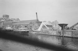 Patrouilleboot V-86 van Rijkswaterstaat in Zijkanaal H bij een...