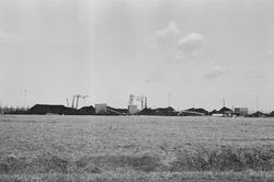 Drijvende kranen en bergen met kolen aan de terminal van Ovet in de...