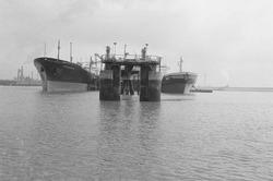 Zeeschepen aan de steiger bij Dow Chemical in de Braakmanhaven.