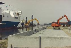 Aanpassen van de Ro-Ro I kade in de Zevenaarhaven. Foto gemaakt ten...