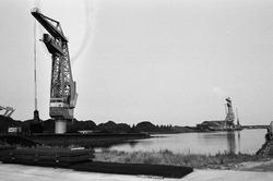 Drijvende kranen van Ovet in de Zuiderkanaalhaven.