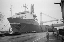 Kraanschip van Mammoet is aan het lossen bij de Nederlandse Stikstof...