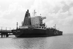 Zeeschip Golar Frost (LPG tanker) aan de steiger bij Dow Chemical in...