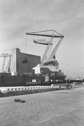 Overslag met een drijvende kraan uit een zeeschip door Ovet in de...
