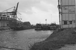 Binnenvaartschepen in Zijkanaal H bij de laad- en losinstallatie van...