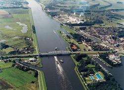 Luchtfoto Kanaal Gent-Terneuzen nabij Sas van Gent, met draaibrug.