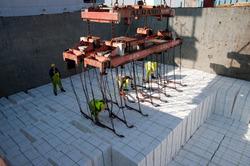 Laden of lossen schip met papier bij Verbrugge Terminals