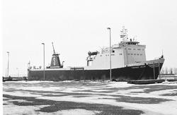 Zeeschip Thomas Wehr aan een besneeuwde kade van de Zevenaarhaven.
