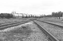 Spoor en trein met vloeistofwagons. Waarschijnlijk op het spoor langs...