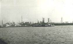 Binnenvaartschip op het kanaal nabij de Nederlandse Stikstof...