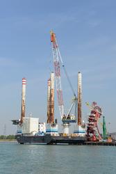 Werkschip JB114 aan de kade bij VDS staalbouw in de Westhofhaven.