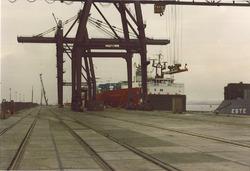 """Containerschip """"Barranduna"""" aan de openbare kade (september 1980)."""