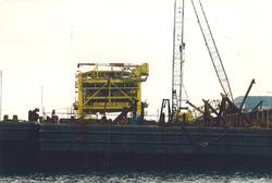 Bouw olieplatform bij Heerema aan de Van Cittershaven.