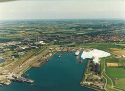 Luchtfoto van de Buitenhaven te Vlissingen. Op de plaats van het wit...