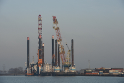 Werkschepen bij de BOW terminal in de Westhofhaven.