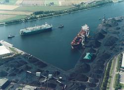 Luchtfoto overslag bij de terminal van Ovet in de Massagoedhaven.