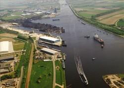 Luchtfoto Beneluxweg, met Noorderkanaalhaven, Zuiderkanaalhaven en de...