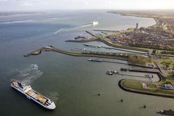 Ro-Ro schip van DFDS vaart Westbuitenhaven in om via de Westsluis neer...